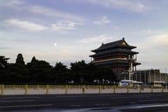 Der Mond auf dem Zhengyang-Tor stockbilder