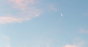 Der Mond im Himmel an der Dämmerung Lizenzfreies Stockbild