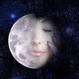 Der Mond macht zu ein Gesicht der Frau im nächtlichen Himmel. Lizenzfreies Stockbild