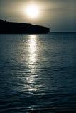 Der Mond steigt über den Ozean nachts Lizenzfreies Stockbild