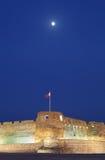 Der Mond und Arad Fort während der blauen Stunden Stockfoto