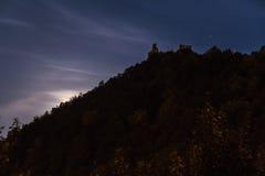 Der Mond versteckt hinter einem Hügel Stockbild
