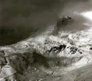 Der Morgennebel deckt das Tal und die alpine Spitze - Österreich, Tirol auf Lizenzfreie Stockfotos