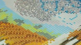 Der Mosaikprozeß, die Hand des Mädchens, die Pinzette hält stock footage