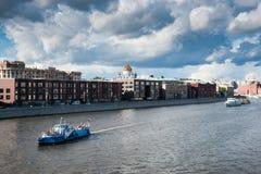Der Moskau-Fluss und der Prechistenskaya-Damm Stockfoto