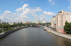 Der Moskau Fluss- und Prechistenskaya- und Bersenevskaya-Damm Lizenzfreie Stockfotos