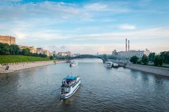 Der Moskva-Fluss mit dem meisten nitskogo Bogdana Khmel 'Brücke im Hintergrund lizenzfreies stockfoto