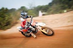Der Motocrossreiter, der schnelle Ecke an internationalem Motocross Kemaman nimmt, fechten 2015 an stockfotos