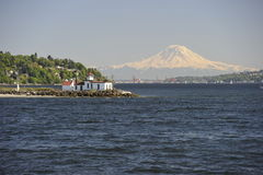 Der Mount Rainier und West Point-Leuchtturm, USA Lizenzfreies Stockfoto