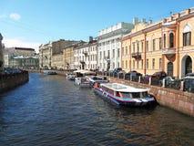 Der Moyka-Flussdamm, St Petersburg Stockfotos