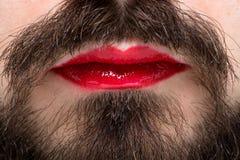 Der Mund des Mannes mit rotem Lippenstift Lizenzfreies Stockbild