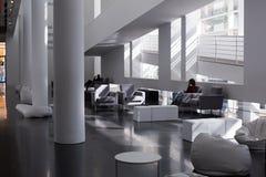 Der Museum für Moderne Kunsts-Innenraum und die Anzeigen, Barcelona Stockbilder