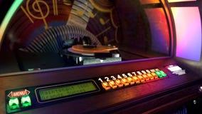 Der Musikautomat, der automatisch Disketten für das Spielen von Musik mit Münze neu ordnet, wird eingefügt lizenzfreies stockbild