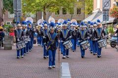 Der Musikband Sieg marschiert durch die Straßen von Delft lizenzfreies stockbild