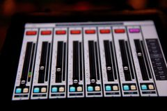 Der Musikentzerrer ist ein Gerät, das in erfahrenen Händen Wunder an der Publikation von Konzerten sogar im ungünstigsten condi b stockfotografie