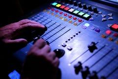 Der Musikentzerrer ist ein Gerät, das in erfahrenen Händen Wunder an der Publikation von Konzerten sogar im ungünstigsten condi b stockfoto