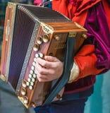 Der Musiker, der das Akkordeon spielt Nahaufnahmedetail der Hand Stockbild