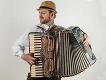 Der Musiker, der das Akkordeon spielt Lizenzfreie Stockfotografie
