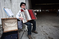 Der Musiker, der das Akkordeon spielt Stockfoto