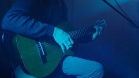 Der Musiker spielt die Gitarre stock footage