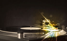 Der Musikspieler, der Vinyl mit Glühen spielt, zeichnet das Kommen vom Bedarf Lizenzfreie Stockbilder