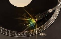 Der Musikspieler, der Vinyl mit Glühen spielt, zeichnet das Kommen vom Bedarf Stockbild