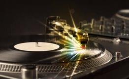 Der Musikspieler, der Vinyl mit Glühen spielt, zeichnet das Kommen vom Bedarf Stockfotos