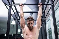 Der muskulöse Mann, der Zug tut, ups stockfotografie