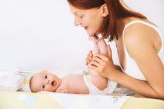 Der Mutter Sorgfalt leicht des Babys Lizenzfreie Stockfotografie