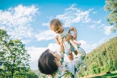 Der Muttergriff auf Händen ihre Tochter Stockfoto