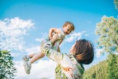 Der Muttergriff auf Händen ihre Tochter Stockfotografie