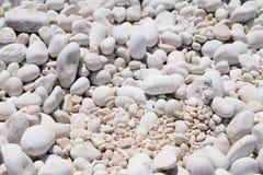 Der Myrthos-Strand mit kleinen weißen Steinen Stockbilder