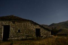 Der nächtliche Himmel auf einem Gebirgsgipfel Lizenzfreie Stockfotografie