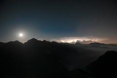 In der Nacht Blitz iin das untere Tal, mit einem sternenklaren Himmel Stockbilder