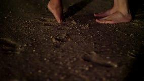 An der Nacht, an Paaren, die barfuß auf dem Sand, auf dem Strand, zwei Paaren von den Füßen stehen nahe bei, von Mann und von Fra stock footage
