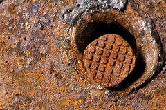 Der Nagel hämmerte in Eisen Nagel, Metall, schweißend stockbild