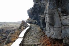 Der nahe Weg der felsigen Wand zu Pozo de Las Calcosas Stockbild
