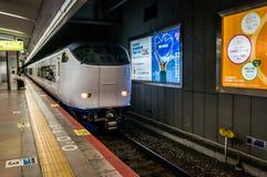 Der Nahverkehrszug, der nach Kyoto von Osaka geht, kommt an Stockbild