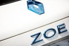 Der Name und das Logo auf dem Stamm des Renault-Elektroautos Zoe Lizenzfreie Stockbilder