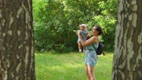In der Natur dreht eine Frau ein Baby stock video