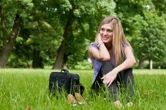 In der Natur - entspannen Sie sich nach Arbeit lizenzfreies stockfoto