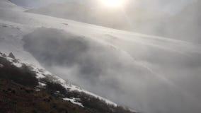 Der Nebel bewegt sich in das Tal stock footage