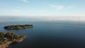 Der Nebel findet statt und ist hier im Archipel von Finnland allgemein stock footage