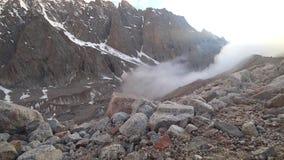 Der Nebel kommt zur Schlucht Viele Steine und Felsen herum stock footage