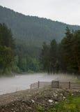 Der Nebel wird entlang dem Fluss früh morgens verbreitet Lizenzfreies Stockfoto