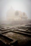 Der nebelhafte Morgen bei Parinirvana Stupa, Kushinagar, Indien stockfotos