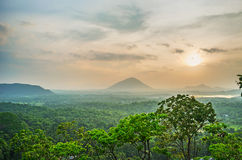 Der nebelige Sonnenuntergang in Dambulla Lizenzfreie Stockfotos