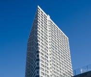 Der Neubau gegen den blauen Himmel lizenzfreie stockfotografie