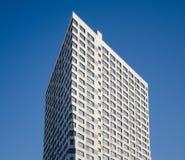 Der Neubau gegen den blauen Himmel stockbild