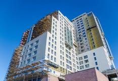 Der Neubau gegen den blauen Himmel lizenzfreie stockbilder